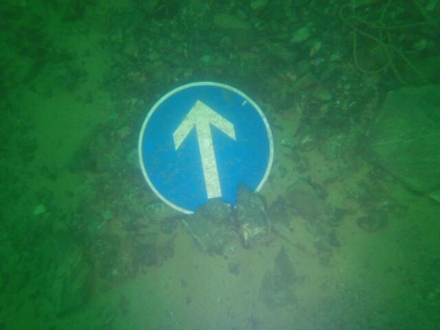 Richtungspfeil im Hunsfels-See