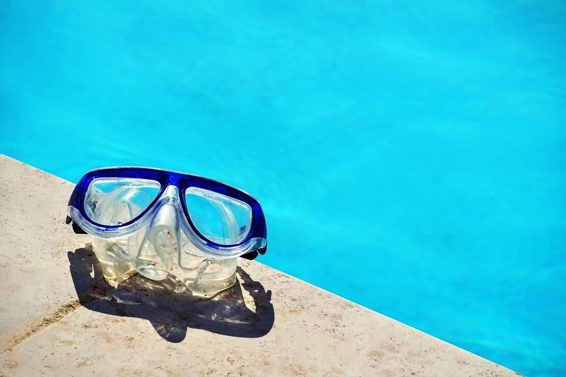 Taucherbrille am Beckenrand