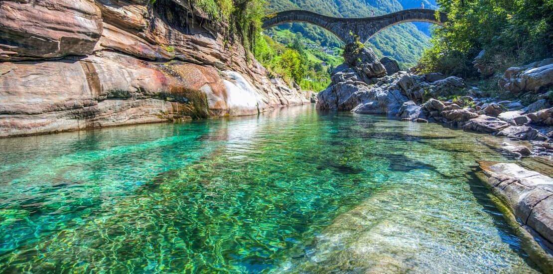 Schweiz: Smaragdgrünes Wasser im Fluss Verzasca