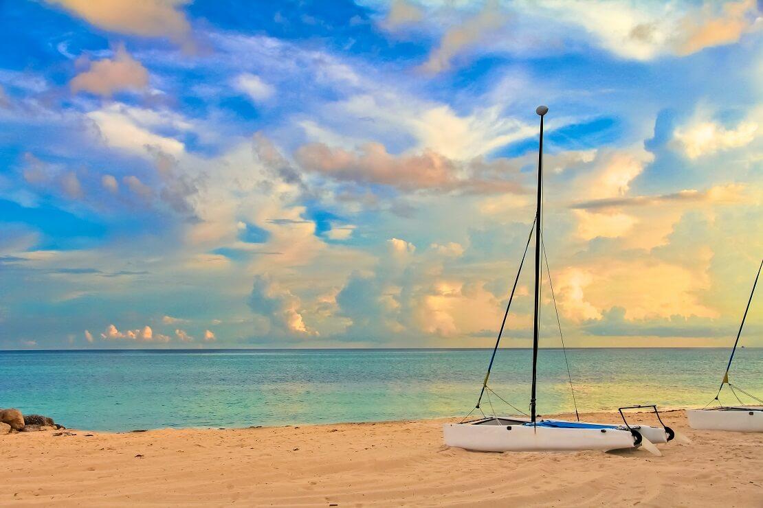 Der sandige Strand der Bahamas