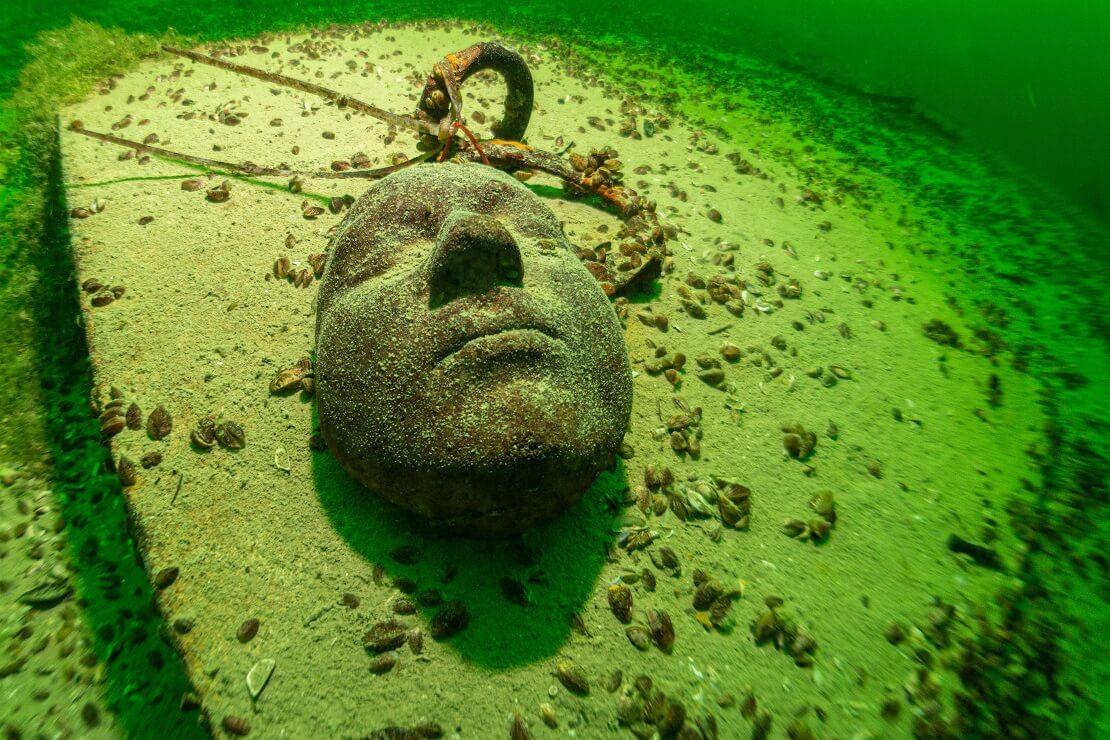 Steinerne Maske auf dem Grund des Starnberger Sees